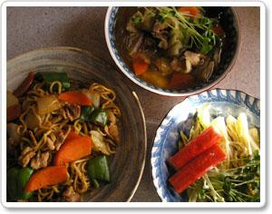 術後初の料理は焼きそば・野菜たっぷり春雨スープ・白菜のサラダでございます