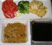 今夜のおかずは、ねぎ・ひじき入り玉子焼きとサラダ。手前は納豆ともずく。
