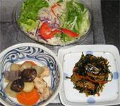 今夜のおかずは、サラダ、昆布の煮物、筑前煮