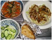 今夜は妹が届けてくれたお好み焼き、焼き魚ときのこ炒め、浅漬け