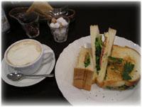 お昼はサンドイッチとカフェオレ