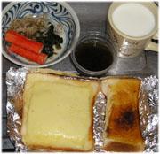今夜は手抜き チーズトースト、ホットミルク、もずく酢、ほうれん草のおひたし