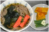 きょうは肌寒かったので、今夜はワカメ・ひじき・カニかま入りそばと、チンした温野菜
