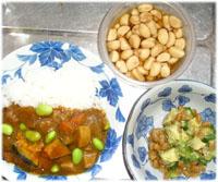 今夜は野菜たっぷりのカレーとアボカド・オクラ納豆、黒酢漬けにんにく