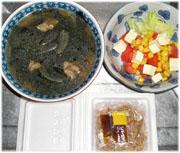 今夜のおかずはワカメ・新玉ねぎ・豚肉のスープ、納豆、トマト・チーズ・コーンのサラダ