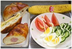 今夜は手抜きで、パンとサラダ、それに毎日欠かさないバナナ
