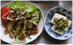 今夜は豚肉のソテーと、サバそぼろを冷奴と生野菜に