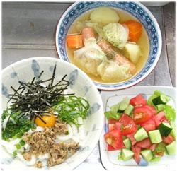 今夜は、野菜スープ、昨日のサバそぼろをかけたぶっかけうどん、サラダ