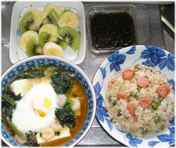 豆腐とエビの卵とじ、チャーハン、もずく酢、果物