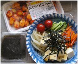 お昼はさっぱりと豆腐サラダ、もずく酢、にんにく