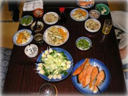写真は焼き鮭、天ぷら、きのこの炊き込みご飯、ひじきの煮物など
