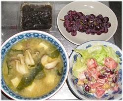 きのこと豆腐の味噌汁、豆とトマトのサラダ、もずく酢、ぶどう