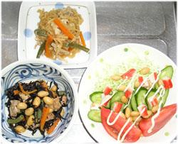 今夜は切干大根と、ひじきの煮物、サラダ 地味だけどヘルシー(^^)