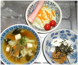 今夜は具だくさんスープ、サラダ、納豆・とろろのネバネバミックス