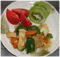 今夜は豚肉・野菜炒め、キウイ、トマト