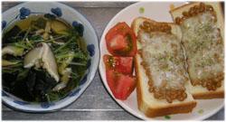 今夜は納豆トースト、水菜のスープ