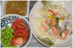 今夜は鮭のクリームペンネ、サラダ、なぜか納豆 (^^;
