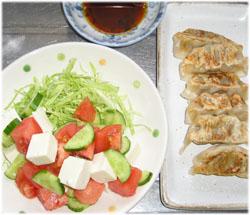 今夜は餃子と豆腐サラダ