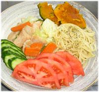 今夜は野菜炒め・スパゲティペペロンチーノ・サラダ
