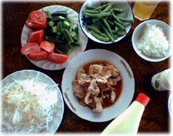 きょうのお昼は豚肉のしょうが焼きと茹でた野菜