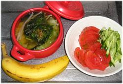 野菜たっぷりの味噌汁、サラダ、バナナ。ご飯は無しよ