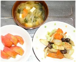 今夜は味噌汁、トマト、野菜炒めとバナナ1本
