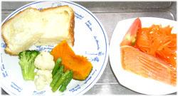 今夜はパンと温野菜サラダ、人参サラダ、焼き鮭