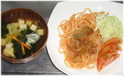 今夜は薄味のスパゲティミートソースと豆腐スープ