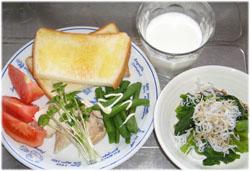 今夜は茹でたいんげんと鶏肉、トースト、牛乳、ツルムラサキのおひたしシラスのせ