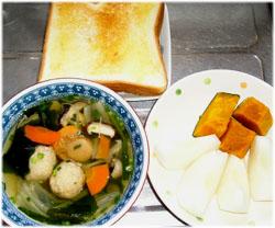 今夜は具沢山のスープとかぼちゃ煮物、梨1/2とトースト1枚