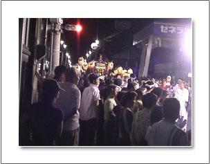 お祭り お神輿を交差点で待つ人たち