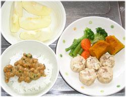 今夜は納豆ご飯、シューマイ、温野菜、りんご1/2個