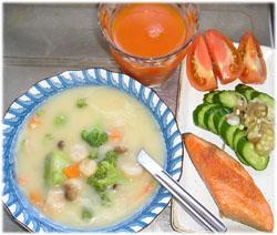 今夜はシチュー、焼き鮭、サラダ、野菜ジュース。ご飯は無しざんす。