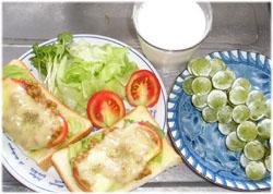 納豆トースト、サラダ、ぶどう、牛乳