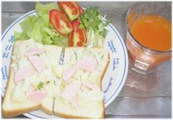 今夜はパンにポテトサラダのせ、サラダ、野菜ジュース
