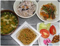 今夜は十六穀+ひじきご飯、糸こんにゃくのピリ辛炒め、納豆、サラダ、ピーナツ味噌、味噌汁