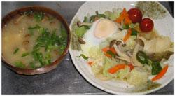 今夜は豆腐・なめこ汁、鱈の野菜炒め+玉子のせ。ご飯は無しよっと..