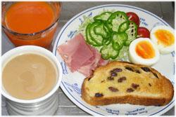 今夜はレーズントースト、ゆで卵、サラダ、カフェオレ、野菜ジュース