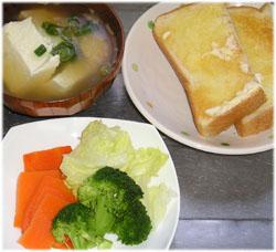 今夜は、あっさりトースト、サラダ、豆腐スープ