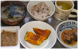 今夜は十六穀入りのご飯と野菜・ワカメスープ、納豆、かぼちゃ、サンマの味噌煮。右上は食後に飲むダイエットリンゴ酢