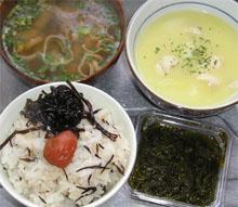 ひじきご飯にしいたけ昆布と梅干、メカブ、シチュー、味噌汁