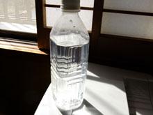 ペットボトルの水で地震を感知
