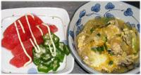 親子煮(どんぶりにのせて親子丼)とサラダ