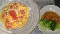 今夜のおかずは、卵とトマトの炒め物、ごまみそ味のサバ缶